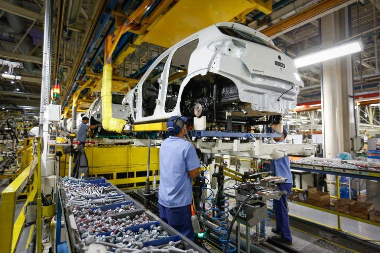 Economia - indústria e comércio - fábrica carros automóveis PIB produção trabalhador