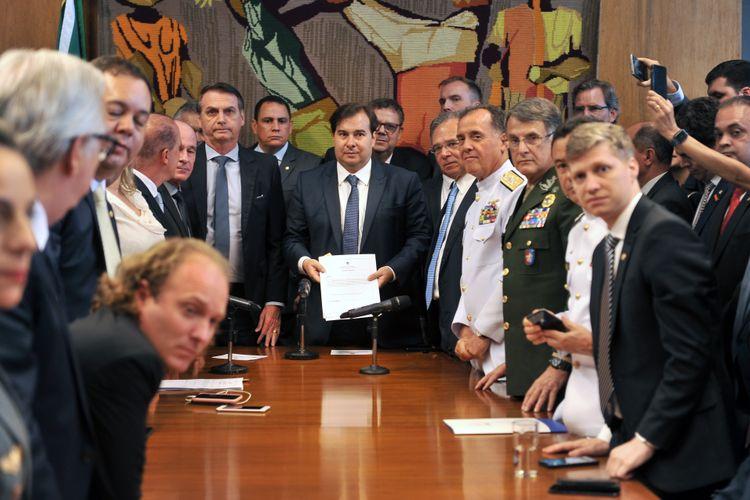 Presidente da Câmara dos Deputados, dep. Rodrigo Maia, recebe a proposta de reforma da previdência dos militares