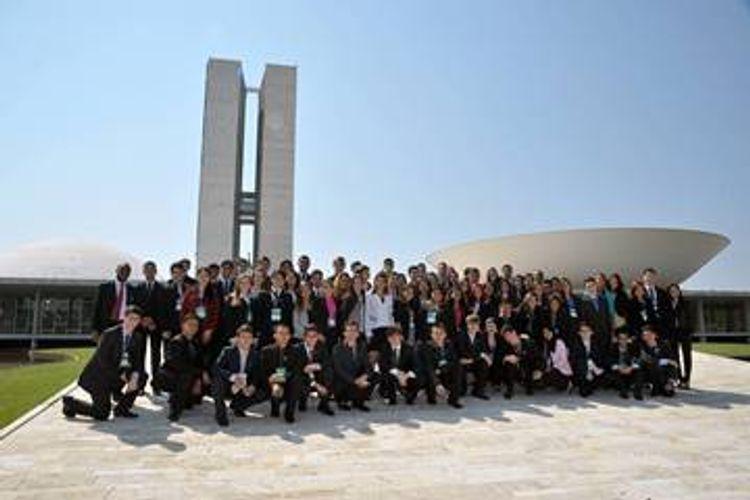 Política - Parlamento Jovem - PJB - jovens na rampa do Congresso