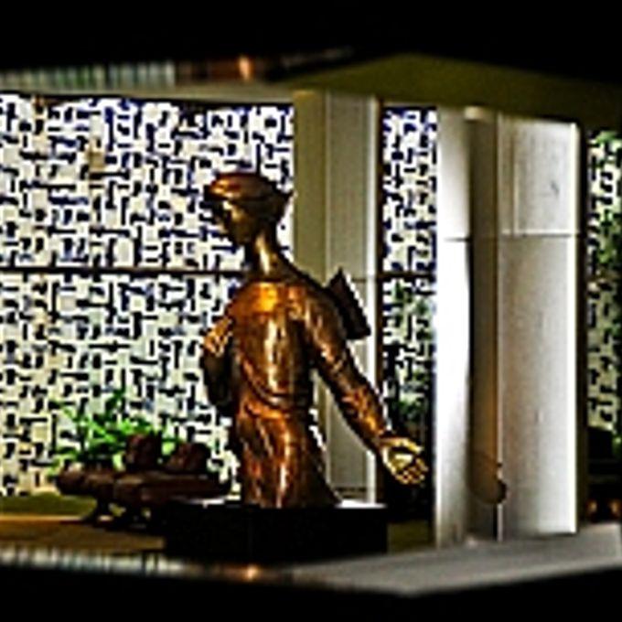 Anjo, de Alfredo Ceschiatti, em bronze dourado. Ao fundo painel de Athos Bucão.