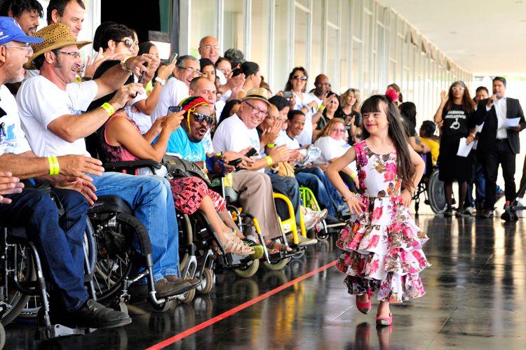 Atividade comemorativa em alusão ao Dia Nacional de Luta das Pessoas com Deficiência. Desfile do grupo