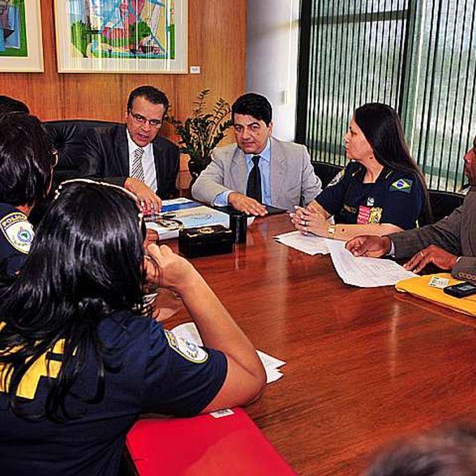 Presidente Henrique Eduardo Alves recebe policiais e representantes que pedem urgência para o PLP 275/01, que trata da aposentadoria da policial mulher