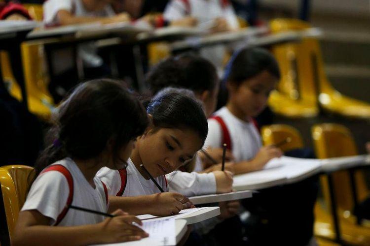 Educação - sala de aula - estudantes meninas mulheres alunas feminino