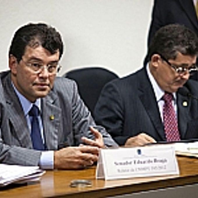 Reunião para discussão do relatório sobre a MP 592/12, que determina as novas regras de distribuição entre os entes da Federação dos royalties e da participação especial decorrentes da exploração de petróleo, gás natural e outros hidrocarbonetos fluidos sob o regime de concessão, e para disciplinar a destinação dos recursos do Fundo Social. (E/D) Relator da comissão, sen. Eduardo Braga (PMDB-AM) e presidente da comissão, dep. José Guimaráes (PT-CE)
