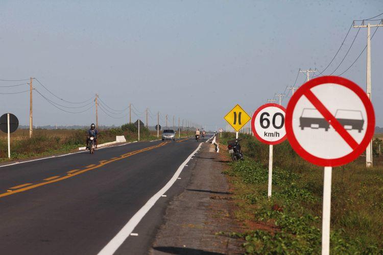 Transporte - estradas e ruas - rodovias estaduais asfaltadas sinalização trânsito
