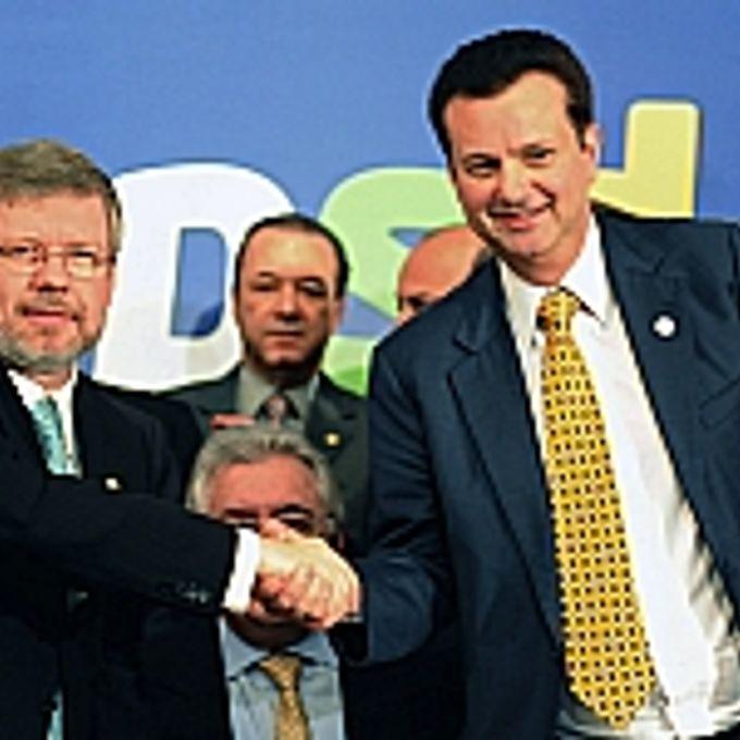 Presidente Marco Maia cumprimenta Gilberto Kassab, durante encontro do PSD no Senado