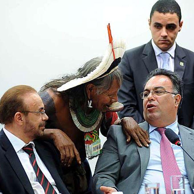 Vice-presidente da Câmara, (D) dep. André Vargas (PT-PR) se reúne com índios