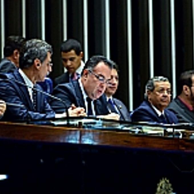 Promulgação da Proposta de Emenda à Constituição (PEC) 544/02, do Senado, que cria mais quatro tribunais regionais federais (TRFs) por meio do desmembramento dos cinco já existentes. Mesa (E/D): dep. Simão Sessim (PP-RJ); sen. Romero Jucá (PMDB-RR); vice-presidente do Congresso, dep. André Vargas (PT-PR); sen. Sérgio Souza (PMDB-PR); sen. Jayme Campos (DEM-MT); dep. Amaury Teixeira (PT-BA)