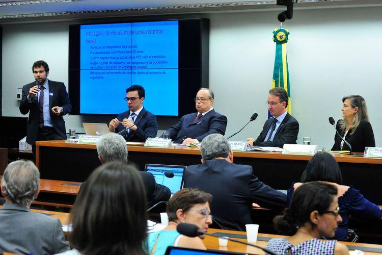 Audiência pública para debater a (PEC) 241/16, que limita as despesas primárias da União ao que foi gasto no ano anterior corrigido pela inflação