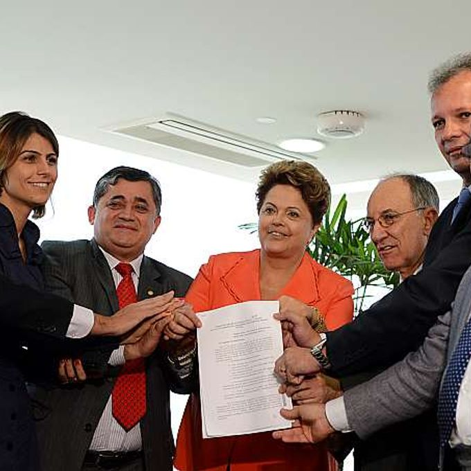 Política- reforma política - Dilma Rousseff recebe de líderes de partidos na Câmara abaixo-assinado que pede plebiscito para reforma política (28/08)