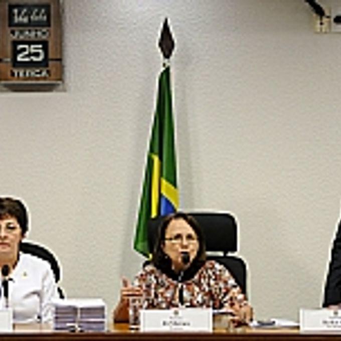 Apresentação do relatório da CPMI da Violência contra a Mulher. Mesa (E/D): relatora da CPI, senadora Ana Rita (PT-ES); presidente da CPMI, deputada Jô Moraes (PCdoB-MG)