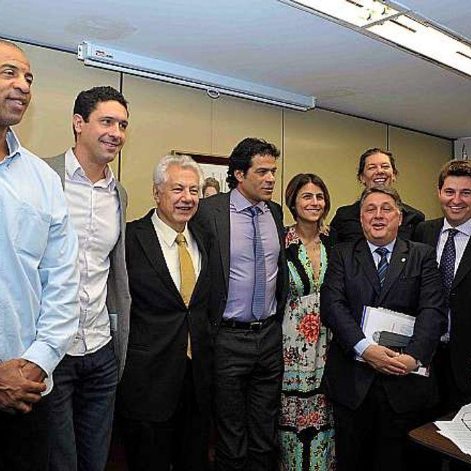 Atletas participam de reunião da base aliada para pedir aprovação de mudanças na lei sobre desporto. (E/D) Pipoka, Gustavo Borges, dep. Arlindo Chinaglia (PT-SP), Rai, dep. Manoela Dávila (PCdoB-RS), dep. Anthony Garotinho (PP-RJ), dep. Jerônimo Goergen (PP-RS) e dep. Sibá Machado (PT-BA)