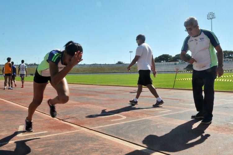 Esporte - atletas - treinador treino corrida atletismo categorias de base
