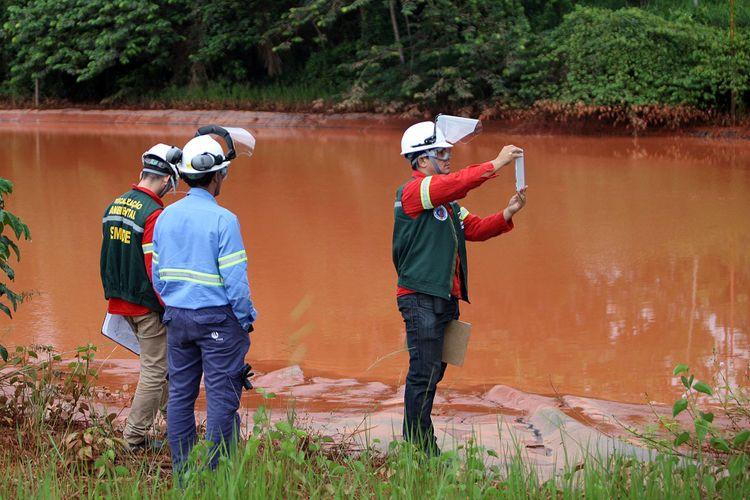 Técnicos ambientais analisam água após vazamento de rejeitos de mineração em Barcarena, no Pará
