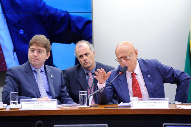 Reunião para discussão e votação do relatório final da comissão. (E) Dep. Rodrigo Martins (PSB-PI) e relator da CPI, dep. Esperidião Amin (PP-SC)