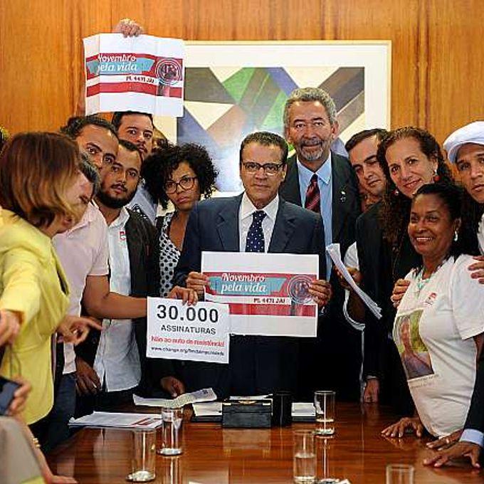 Direitos humanos - negros - Henrique Eduardo Alves recebe abaixo-assinado de movimentos negros em apoio ao PL 4471/12, que acaba com o auto de resistência