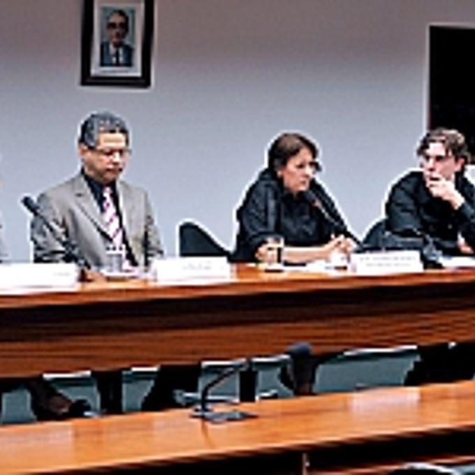 Glória Braga (superintendente executiva do ECADI), Allan Rocha de Souza (advogado e professor da UFRRJ, UFRJ e PUC/RJ), dep. Fátima Bezerra (PT-RN, presidente da CEC), Téo Massignan Ruiz (representante do Fórum Nacional de Músicos) e Carlos Leoni Rodrigues Siqueira (compositor e cantor)