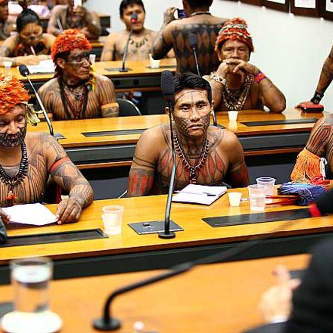 Índios e parlamentares se reúnem para discutir a Proposta de Emenda à Constituição (PEC) 215, que transfere ao Parlamento a prerrogativa de homologação de terras indígenas