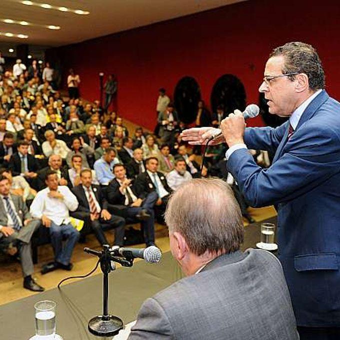 Presidente da Câmara, dep. Henrique Eduardo Alves (PMDB-RN) recebe prefeitos que manifestam na Câmara pedindo mais recursos para os municípios