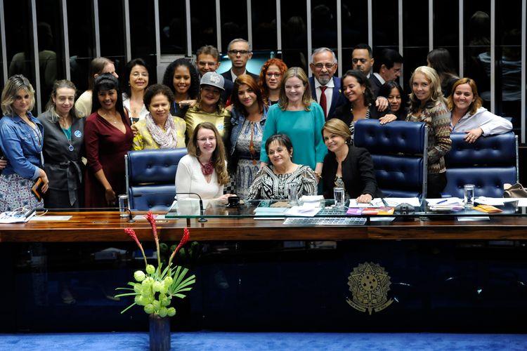 Sessão destinada a homenagear o 10º aniversário da Lei Maria da Penha