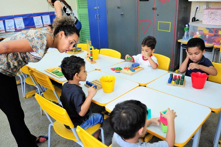 Educação - sala de aula - creches professores ensino infantil