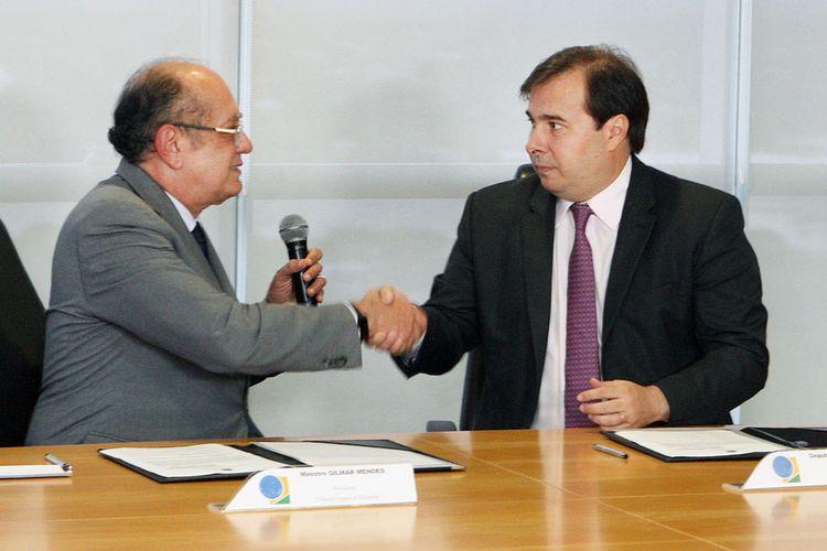 Assinatura de acordo entre o presidente da Câmara dos Deputados, Rodrigo Maia, e o presidente do Tribunal Superior Eleitoral (TSE), ministro Gilmar Mendes