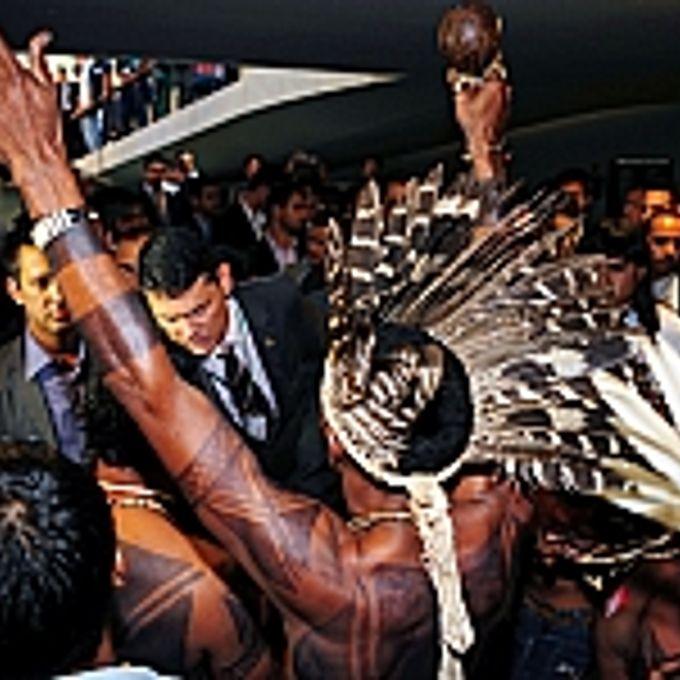Grupo de indígenas fazem manifestação nas dependências da Câmara contra a aprovação pela CCJ, da (PEC) 215/00, que trata da demarcação de terras indígenas