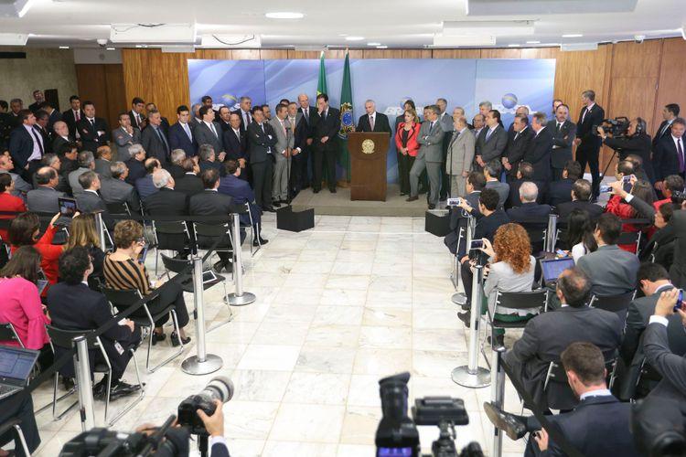 Autoridades - Direito e Justiça - Presidente Michel Temer faz pronunciamento sobre denúncia da Procuradoria geral da República ao lado de parlamentares da base governista