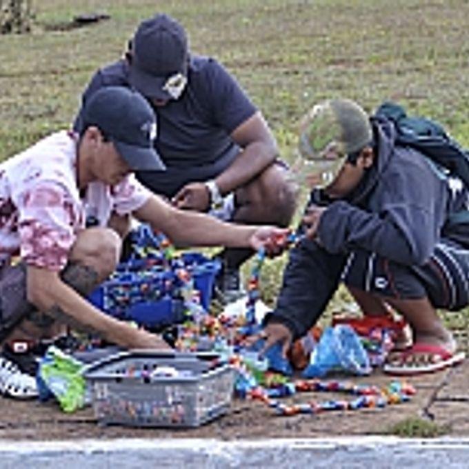 Trabalho - Trabalho infantil - Menores vendem doces próximo à Estação Rodoviária de Brasília