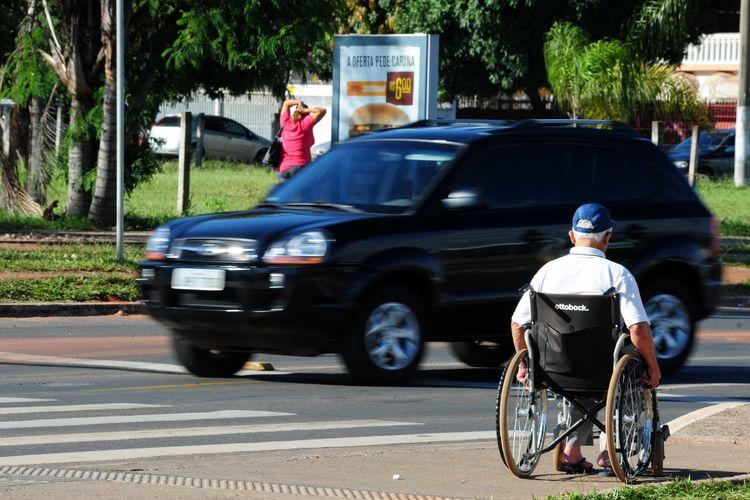 cadeirante cadeira de rodas deficiente físico portador de necessidades especiais acessibilidade