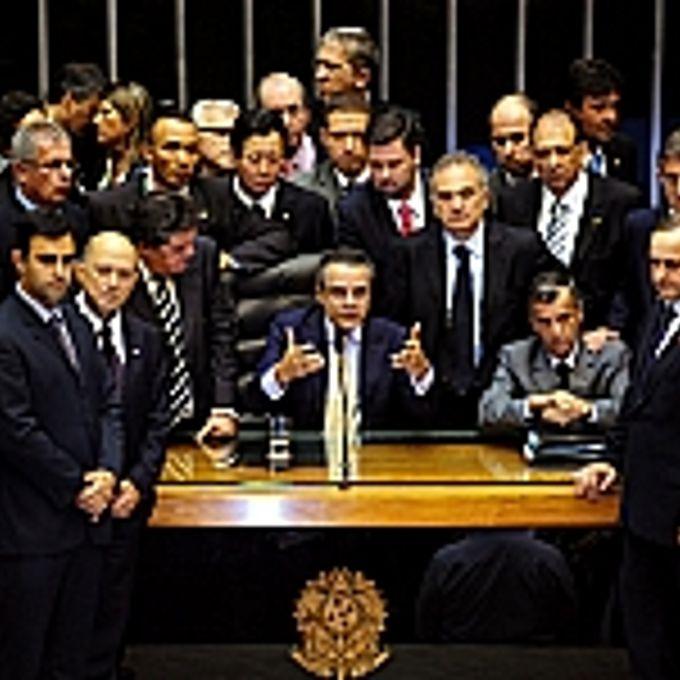 Deputados se reúnem para negociar a saída dos índios do plenário