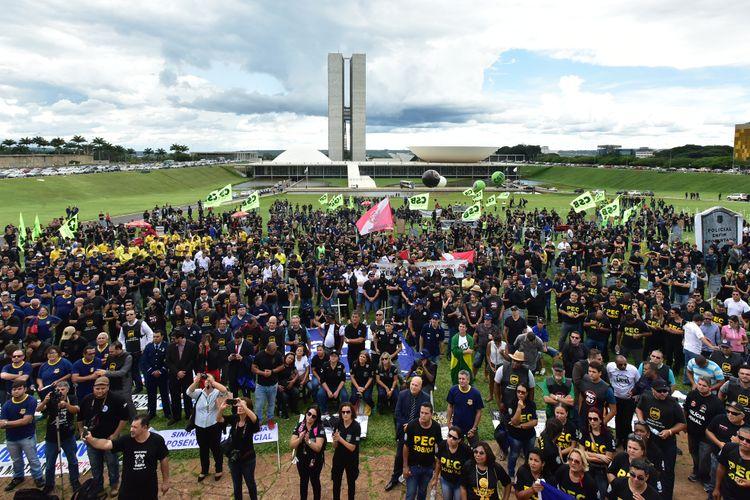Manifestantes protestam no gramado do Congresso Nacional
