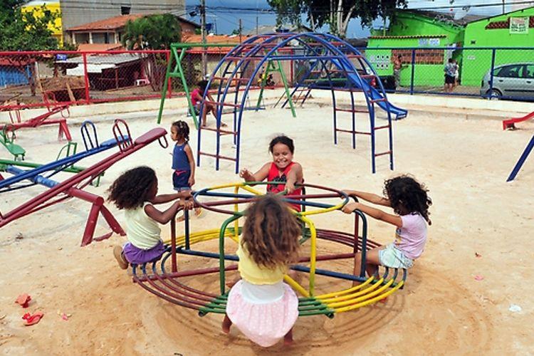 Direitos Humanos - criança - infância brincadeiras parquinho amizade felicidade