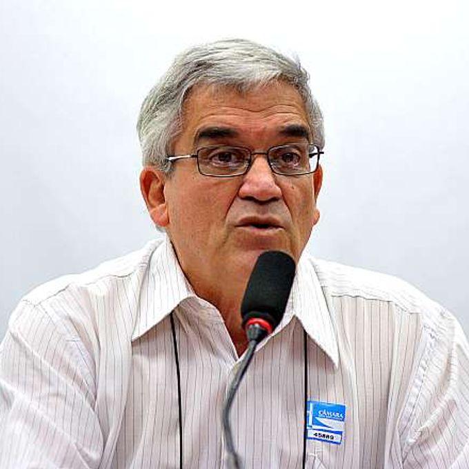 Audiência pública sobre o Projeto de Lei Complementar nº 177/12, que estabelece normas para parcerias e convênios firmados entre órgãos públicos e organizações não governamentais (ONGs). Representante da Associação Brasileira de ONGs (ABONG), Silvio Santana