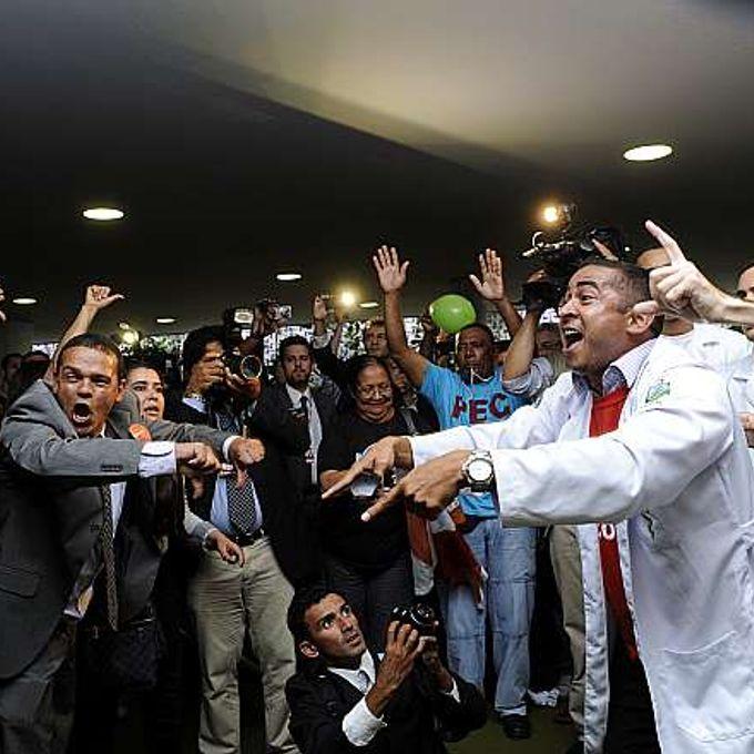 Manifestantes (contrários e favoráveis) ao Ato Médico se enfrentam no Salão Verde da Câmara