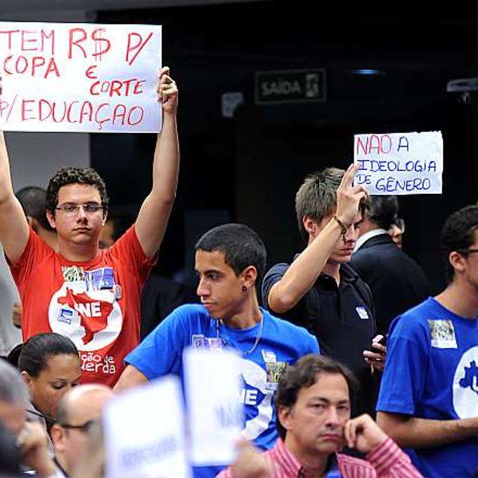 Audiência pública para discutir o substitutivo do Senado ao PL 8.035-B/10. Estudantes da UNE protestam durante audiência