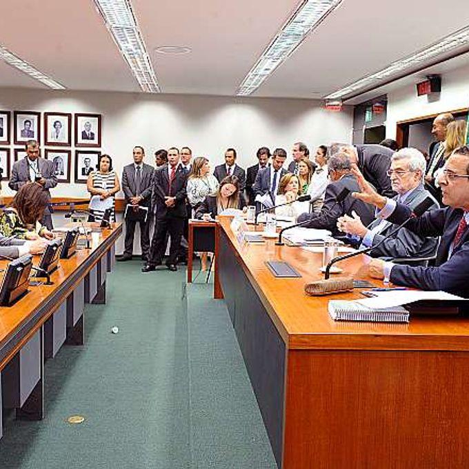 Reunião para discussão e votação do parecer do relator, dep. Édio Lopes (PMDB-RR). Dep. Pedro Eugênio (presidente da comissão) e presidente Henrique Eduardo Alves
