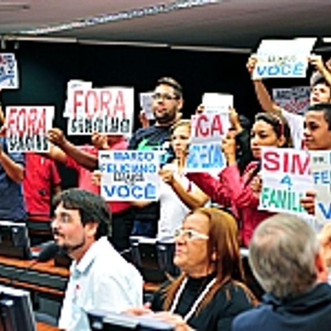Manifestante protestam a favor do presidente da CDHM, dep. Pr. Marco Feliciano (PSC-SP)